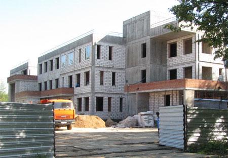 В Хотьково полностью построено здание детского сада, готова крыша, идет подготовительный этап работ по благоустройству.