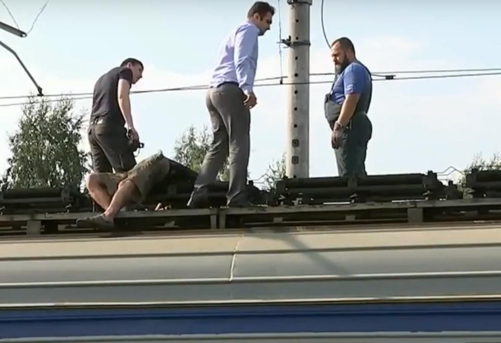 На станции Хотьково, на крыше вагона был обнаружен труп мужчины.